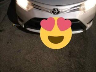 سيارة تويوتا يارس موديل 2015 اللون فضي مفحوص